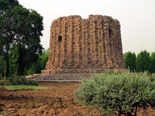 Alai Minar, eine zweite Siegessäule sollte 150 m hoch werden, blieb jedoch unvollendet.
