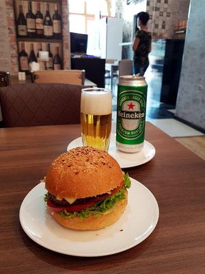 Für den kleinen Hunger Besuch in einem Burger-Restaurant