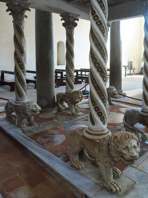 Dom von Ravello, Marmorlöwen der Kanzel