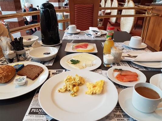 Mein Frühstückstisch (Selbstbedienung vom Buffet)