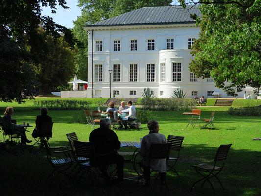Seitenflügel von Schloss Neuhardenberg und Gartencafé
