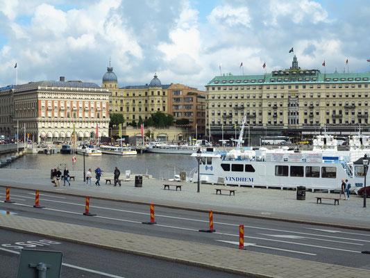 Blick vom Stockholmer Schloss zum Grand Hotel