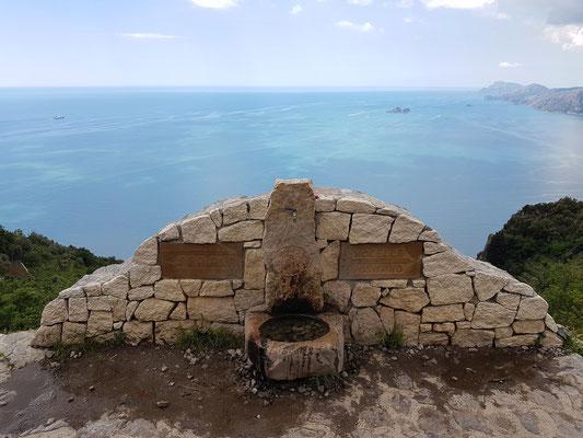 Weggabelung mit Trinkwasserstelle. Rechts nach Nocelle/Positano, links hinunter zur Küste nach Praiano
