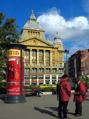 Am Deák Ferenc tér, Eingang zur Király utca