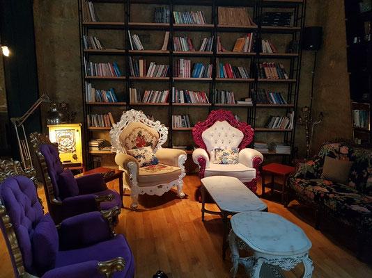 Restaurant Bibliotheque, Mithat Paşa Sk No: 7. Kombination aus altem Gemäuer und moderner Ausstattung