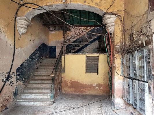 Hauseingang mit Treppenhaus irgendwo in Habana Vieja