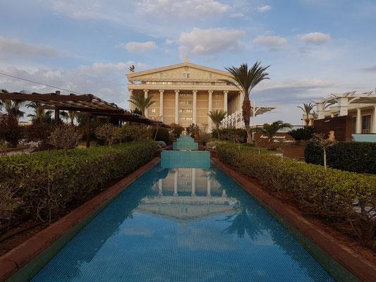 Blick vom Garten auf das Hauptgebäude (Artemis-Hotel)