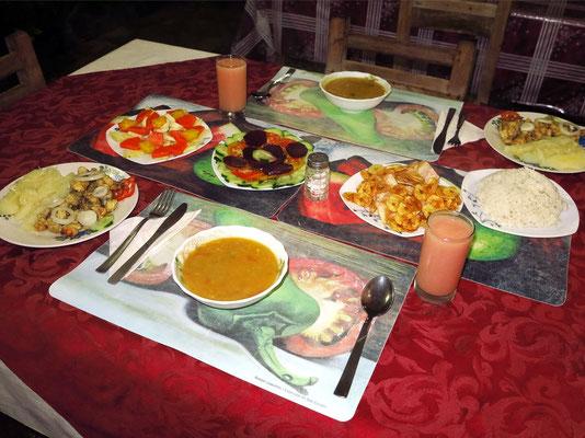 Abendessen in der Privatunterkunft (Suppe, Hummer, gekochter Maniok, Salat, Bananenchips)