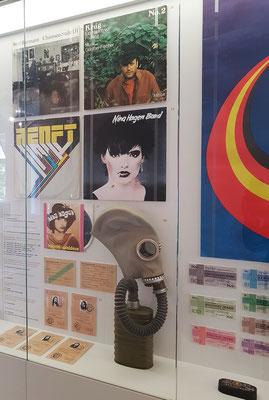 Ausstellungsvitrine im Dokumentationszentrum. Schallplatten mit den DDR-Künstlern Manfred Krug und Nina Hagen