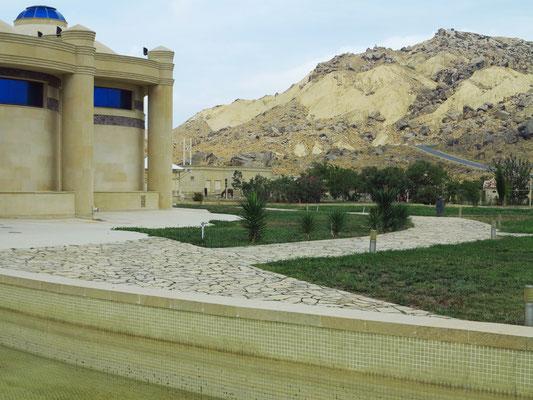 Blick vom Museum zu den Bergen mit den Felszeichnungen