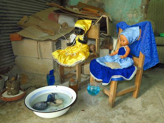 Puppen und Opfergaben des Santería-Kults