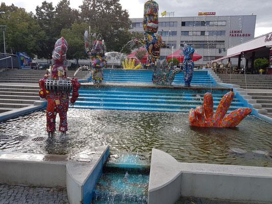 Comic-Brunnen, im Jahr 2000 von Michael Fischer-Art aus Edelstahl und bemalten Figuren aus glasfaserverstärktem Kunststoff (GFK) geschaffen