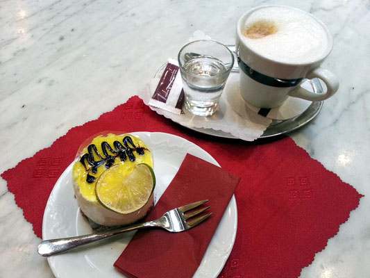 Im Café Mayer, Limetkové Ovieženie (Limonen-Erfrischung) und Cappuccino