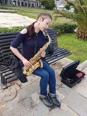 Altsaxophonistin am großen Strand von Budva