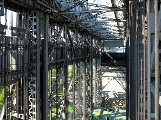 Bildausschnitt vom Trog mit den Stahlseilen