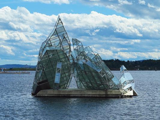 Skulptur Hun ligger/She lies. Die Skulptur von Monica Bonvicini ist den aufgetürmten Eismassen auf dem Gemälde Das Eismeer von Caspar David Friedrich nachempfunden, hat die Maße 17 × 16 × 12 m.