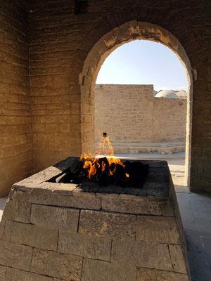 Feuer im Tempel, durch natürlich austretendes Erdgas gespeist