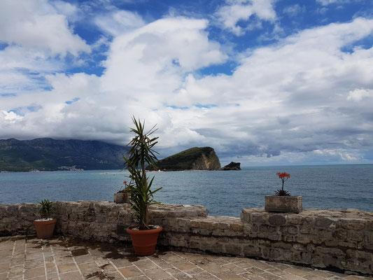 Blick von der Zitadelle auf die Insel Sveti Nikola