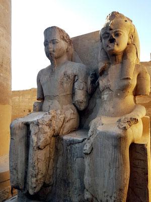 Sitzgruppe in der Säulenhalle, die Amun und Mut darstellen