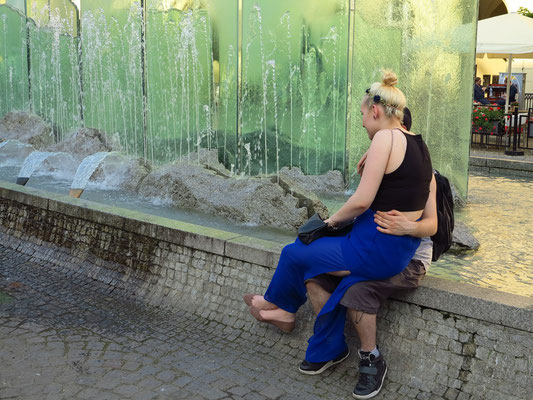 Moderner Brunnen mit Acrylglas-Skulptur auf dem Marktplatz (Fontanna)