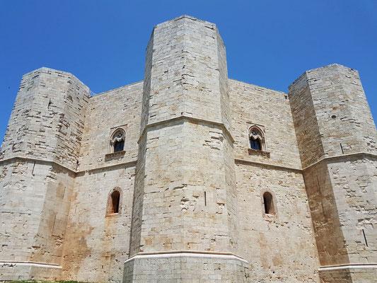 Drei Türme des achteckigen Grundrisses, gelblicher bzw. grauweißer Kalkstein