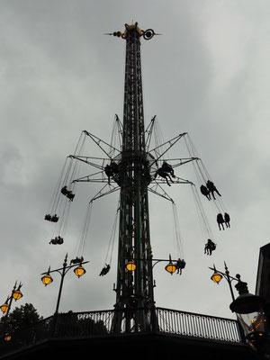 "80 Meter hohes Kettenkarussell ""Starflyer"" im Tivoli"
