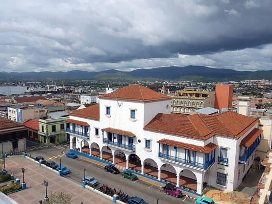 Blick von der Dachterrasse des Hotels Casa Granda auf das Rathaus (Ayuntamiento Francisco Vicente Aguilera), den Hafen. Vom Balkon des Rathauses verkündete Fidel Castro den Sieg über das Batista-Regime.
