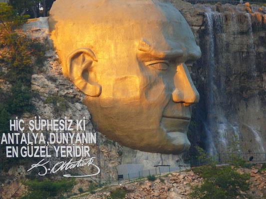 Mustafa Kemal Atatürk (1881 - 1938), Begründer der Republik Türkei. Monumentale Skulptur (Atatürk Maski)  am Hang des Taurusgebirges (kurz vor Antalya)
