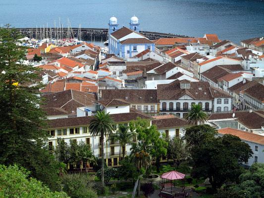 Angra do Heroísmo, Blick vom Alto da Memória, im Vordergrund der Jardim Duque de Terceira mit dem Angra Garden Hotel