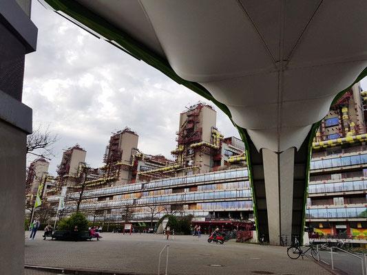 Unter dem Hubschrauberlandeplatz, Blick zum Universitätsklinikum