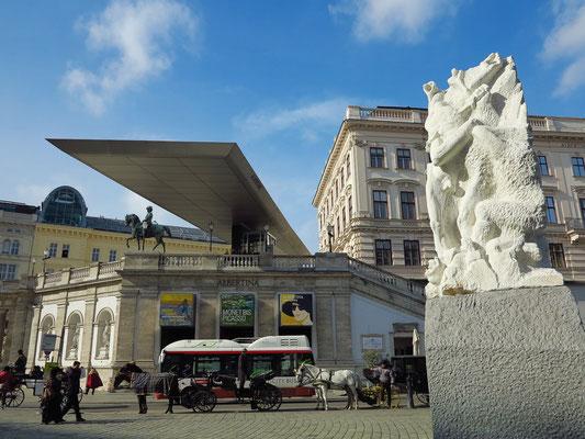 """Kunstmuseum Albertina, mit dem """"Soravia Wing"""", einem auffallenden Flugdach von 60 Meter Länge, rechts Mahnmal gegen Krieg und Faschismus"""