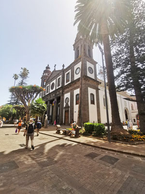 Plaza de los Remedios mit der Catedral de La Laguna (Foto: Sabine N. Hernández)