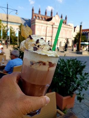 Eisschokolade, im Gartenrestaurant von Burlitz Legendär