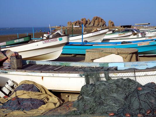 Fischerboote am Strand von Yiti