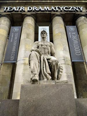 Kulturpalast, Skulptur im Stil des Sozialistischen Realismus vor dem Teatr Dramatyczny
