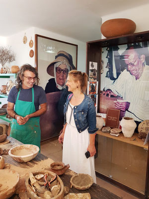 Gespräch mit einem Keramiker. An den Wänden Fotografien der Keramiker Dorotea Armas (1899-1997) und Juan Jesús Brito (1919-2018)