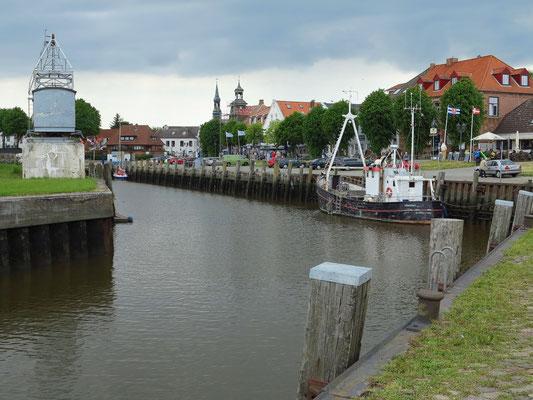 Hafen von Tönning mit Kran von 1935 (links)