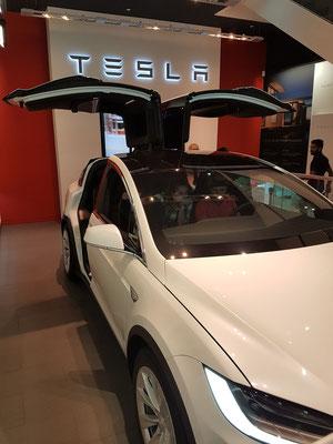 Mit Elektromotor angetriebener PKW der Firma Tesla