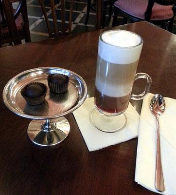 Café Wedel, heiße Schokoladenkreationen und Pralinen