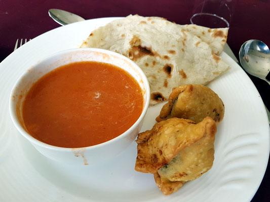 Mittags-Snack - Tomatensuppe, indisches Fladenbrot (Chapati), indische Teigtaschen mit Gemüse gefüllt (Samosa)