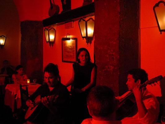 Maria Emilia, Henrique Leitão, portugiesische Gitarre (links), und Carlos Leitão, Gitarre (rechts) im Clube de Fado, Lissabon