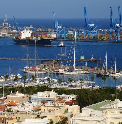 Las Palmas, Blick vom Stadtteil Altavista nach Nordosten auf Yacht- und Containerhafen