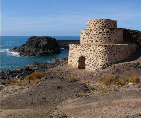 El Cotillo, Alter Kalkofen und Blick auf die Einfahrt zum neuen Hafen