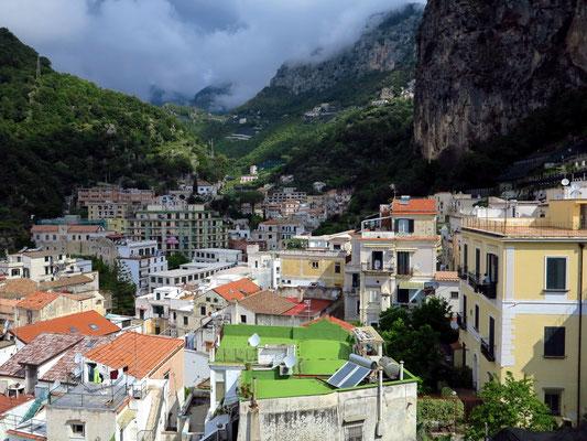 Amalfi. Blick vom Dach der Casa MAO nach Norden in die Berge
