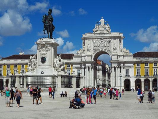 Praça do Comércio. Die Reiterstatue auf der Mitte des Platzes stellt José I. dar.
