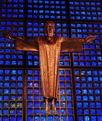 Neue Gedächtniskirche. Karl Hemmeter:  Goldene schwebende und segnende Christusfigur (fast 300 Kilo schwer und 4,60 Meter groß)