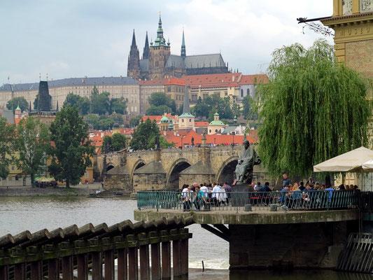 Blick von der Uferstraße Smetanovo nabr. auf das Smetana- Denkmal, die Moldau mit der Karlsbrücke, Prager Burg und Veitsdom