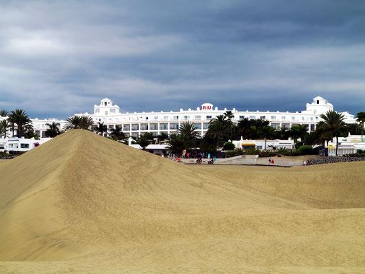 Blick von den Dünen von Maspalomas auf das Hotel Riu Palace Maspalomas