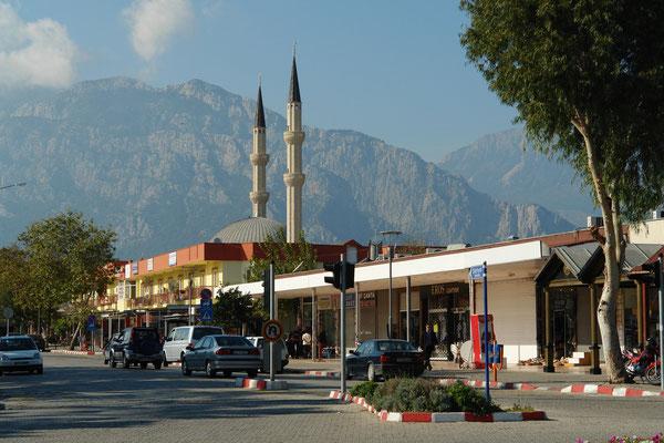 Einkaufsläden und Moschee Kemer Cami