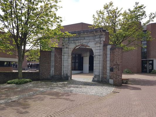 Rekonstruierter Torbogen des Klosterrather Hofs vor dem Hörsaalgebäude (Kármán-Auditorium). Es geht bei den Studierenden das Gerücht um, dass man seinen Studienabschluss nicht schafft, wenn man durch den Torbogen geht.